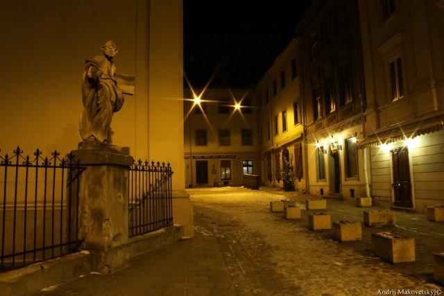 Dawny Dom Kanoników, figura św. Andrzeja przy katedrze łacinskiej