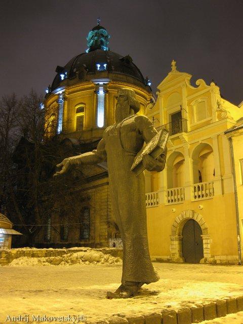 Kościół podominikański (na drugim planie)