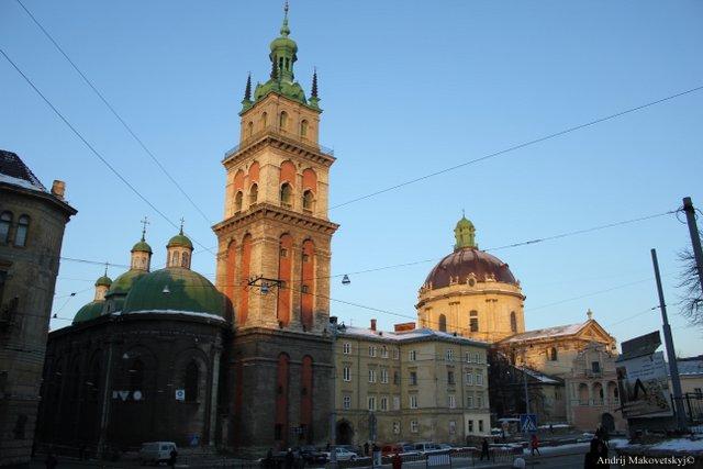 Z prawej strony - kościół podominikanski (dzis - greko - katolicki Najsw. Eucharystii), po lewej - prawosławna Uspieńksa cerkiew (Wołoska)