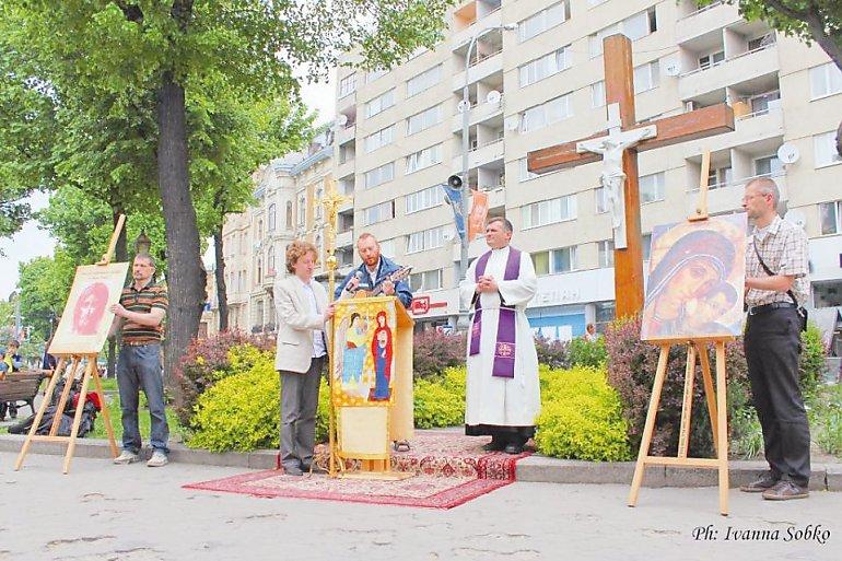 W niedzielne popołudnia ks. Grzegorz Draus z parafianami prowadzą misje na centralnym placu Lwowa