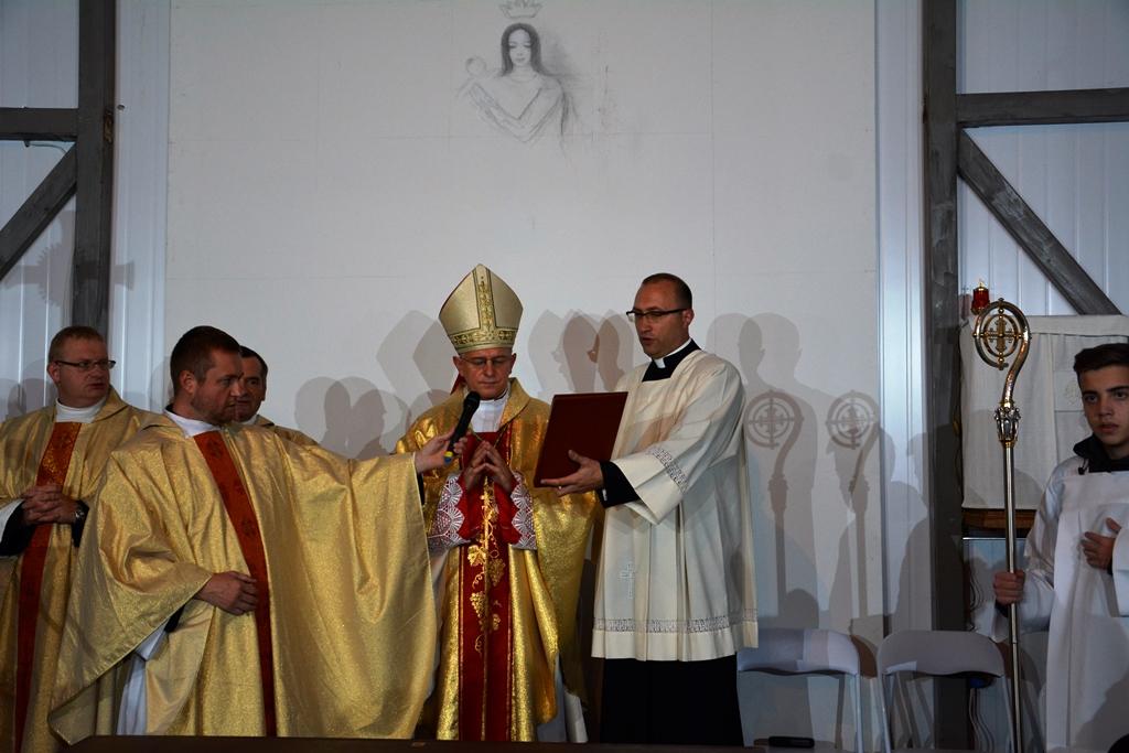 w tle powstający obraz inspirowany obrazem Matki Bożej Łaskawej z katedry lwowskiej